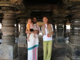 Главный священник храма Белавади с сыном.